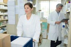 Pharmaciens se parlant à la pharmacie d'hôpital photos libres de droits