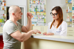 Pharmacist and customer Royalty Free Stock Photography