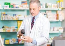 Pharmacist på arbete Arkivbilder