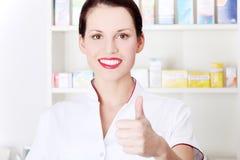 Pharmacist som okay visar gest. arkivfoton