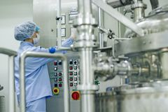 Pharmaindustrie-Arbeitskraft bei der Arbeit Stockfotografie
