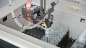 Pharmazeutische automatisierte moderne medizinische Ausrüstung, die mit Biosubstanz im modernen Labor arbeitet stock video footage
