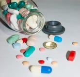 Pharmazeutische Pillen über der Tabelle stockfotografie