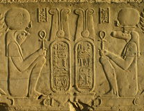 Pharoahs sur un mur de temple en Egypte Photos stock