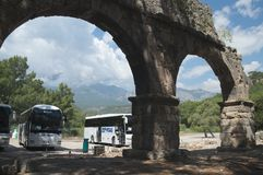 PHASELIS, TURKEY-MAY 09日2018年:游览车支持古老渡槽 免版税库存图片