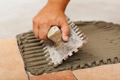 Phases d'installer les carrelages en céramique - l'adhésif photos stock