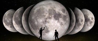 Phases de la lune simultanée dans une rangée et deux observateurs photos stock