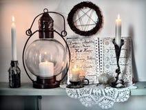 Phases lunaires de journal intime ouvert de livre, bougies brûlantes, pentagone étoilé et vieille lampe sur l'étagère photo libre de droits