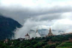 Phasonkaew寺庙在雨天 库存照片