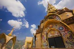 Phasornkaew thai tempel och blå himmel Arkivbild