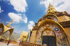 Phasornkaew thai tempel och blå himmel Arkivbilder
