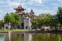 Phat Diem domkyrka under blå himmel i Ninh Binh, Vietnam Royaltyfri Foto