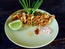 Phat thailändische thailändische Art Fried Noodle auf Platte stockfotografie