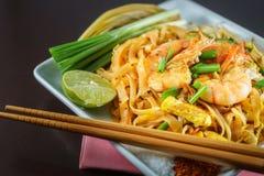 Phat thailändskt är Fried Noodles matlagning med räka Royaltyfri Bild