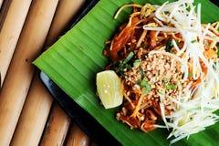 Phat thaior ochraniacz tajlandzki jest sławnym Tajlandia tradyci kuchnią z smażącym kluski słuzyć na bananowym liściu Obrazy Royalty Free