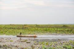 PHATTHALUNG, TAILANDIA 23 de abril: Los pescadores están remando su barco Fotos de archivo
