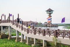 PHATTHALUNG, THAILAND 23 April: De niet geïdentificeerde toeristen zijn walki Stock Fotografie