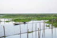 PHATTHALUNG, THAILAND 23 April: De visser berijdt binnen zijn boot Royalty-vrije Stock Fotografie