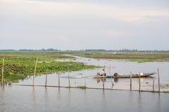 PHATTHALUNG, THAILAND 23 April: De visser berijdt binnen zijn boot Royalty-vrije Stock Foto