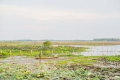 PHATTHALUNG, THAILAND 23 April: De vissers roeien hun boot Royalty-vrije Stock Afbeeldingen
