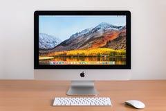 PHATTHALUNG THAILAND - MARS 24, 2018: iMac dator, tangentbord, magisk mus på trätabellen royaltyfri bild