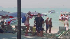 PHATTHAYA, TAILANDIA - CIRCA JANURY 2018: Opinión turistas en la playa y vista lejana de parasails almacen de video