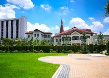Phaya泰国宫殿在Samsen运河的银行有美好的绿草领域的在曼谷Ratchathewi区  库存照片