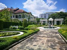 Phaya泰国宫殿在Samsen运河的银行有美好的绿草领域的在曼谷Ratchathewi区  库存图片