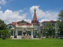 Phaya är den thailändska slotten på bankerna av den Samsen kanalen med det härliga fältet för grönt gräs i det Ratchathewi område arkivbilder