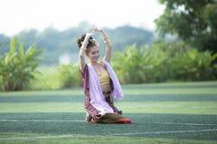PHAYAO,泰国- 10月24 :女孩执行的传统兰纳 免版税库存照片