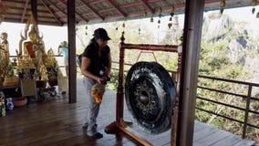 Phayao, Tajlandia z dźwiękiem - 2019-03-08 - turysta łomota buddyjskiego gong 2 zbiory wideo