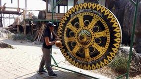 Phayao, Tajlandia z dźwiękiem - 2019-03-08 - turysta łomota buddyjskiego gong 9 zbiory