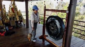 Phayao, Tajlandia z dźwiękiem - 2019-03-08 - turysta łomota buddyjskiego gong zbiory wideo