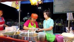 Phayao, Thaïlande - 2019-03-08 - vendeur de nourriture prépare le dîner de soupe banque de vidéos