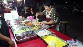 Phayao, Thaïlande - 2019-03-08 - vendeur de nourriture prépare le dîner végétarien pour le client clips vidéos
