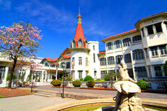 Phayathai宫殿和桃红色喇叭花。 免版税库存照片