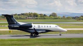 Phenom 300 d'Embraer préparant pour décoller à l'aéroport de Manchester Photographie stock libre de droits
