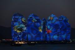 Pheonixeiland Sanya, verlichte gebouwen Uniek modern ontwerp stock foto's