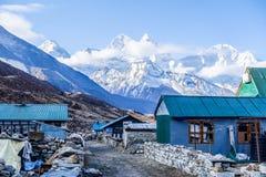 Pheriche,尼泊尔04/16/2018 :有美丽的雪的小村庄加盖了山背景 免版税库存照片