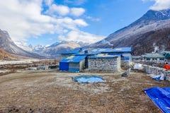 Pheriche,尼泊尔04/16/2018 :有美丽的雪的小村庄加盖了山背景 库存图片