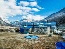 Pheriche, Nepal 04/16/2018: Mała wioska z pięknym śniegiem nakrywał halnego tło Zdjęcie Royalty Free