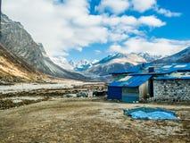 Pheriche, Nepal 04/16/2018: Mała wioska z pięknym śniegiem nakrywał halnego tło Obrazy Stock