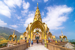 """PHETCHABOON †""""DEC 8 :在主要pagod附近的未定义旅客步行 库存图片"""