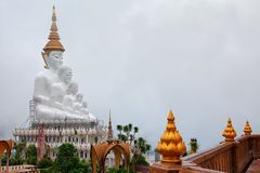 Phetchabun, 27.2018 Ταϊλάνδη-Ιουνίου: Πέντε Buddhas και το ζωηρόχρωμο ο Στοκ φωτογραφία με δικαίωμα ελεύθερης χρήσης