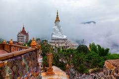 Phetchabun, Thailand-Juni 27,2018: Fünf Buddhas und das bunte O Stockbilder