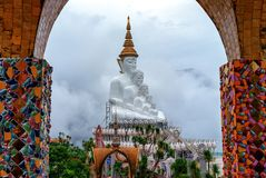 Phetchabun, Thailand-Juni 27,2018: Fünf Buddhas und das bunte O Lizenzfreies Stockbild