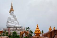 Phetchabun Thailand-Juni 27,2018: Fem Buddha och den färgrika nollan Royaltyfri Fotografi