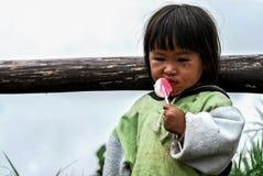 PHETCHABUN THAILAND - 24. JUNI: Nicht identifiziertes Essen des kleinen Mädchens Lizenzfreie Stockfotos
