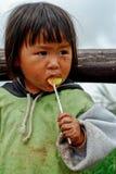 PHETCHABUN THAILAND - 24. JUNI: Nicht identifiziertes Essen des kleinen Mädchens Lizenzfreie Stockbilder