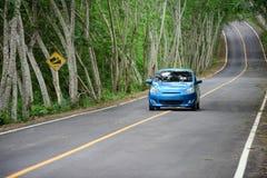 PHETCHABURI泰国- 6月14 :在柏油路的汽车有自然树隧道的在泰国的Kaeng Krachan国家公园 图库摄影